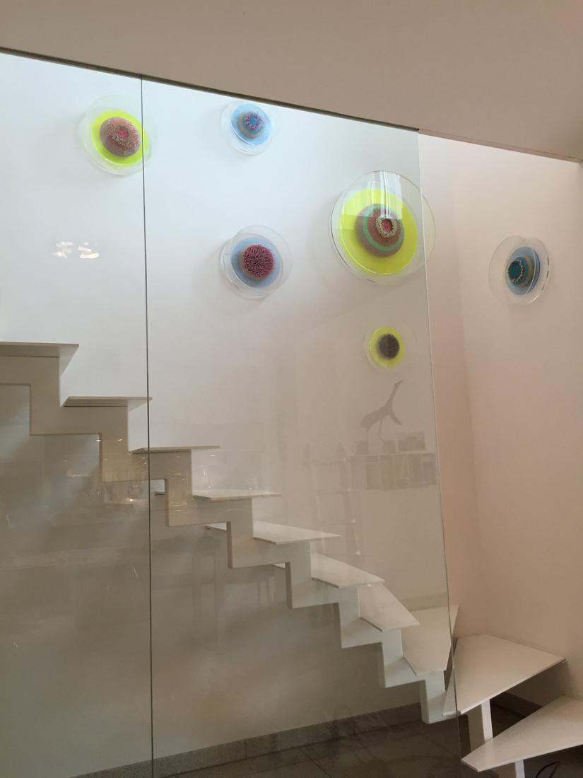 Ein Werk der Künstlerin Lea Lenhart in einem Privatgebäude.